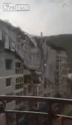 近來在國際影音平台上盛傳一段中國建築鐵皮屋頂被強風吹掀的影片,讓外國網友紛紛揣測又是施工不良所造成的結果。(圖擷取自影片)