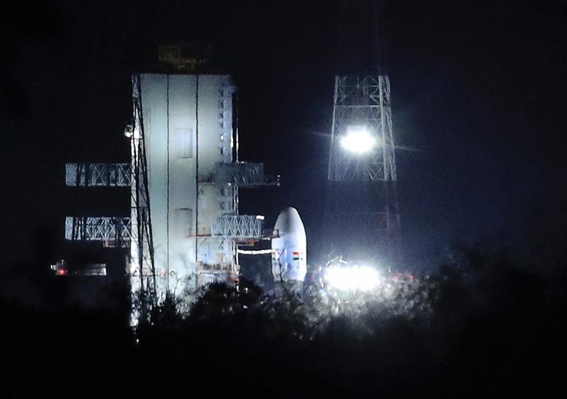 印度原本預計在今日凌晨發射「月球飛船二號」,但在火箭發射前不到1小時,卻突然取消發射任務,據稱是因發射載具出現技術性故障。(美聯社)