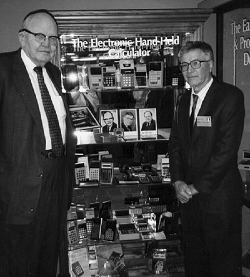 電子計算器發明人之一梅里曼(右)已於上月底離世。左為發明團隊的領導人基爾比。(美聯社)