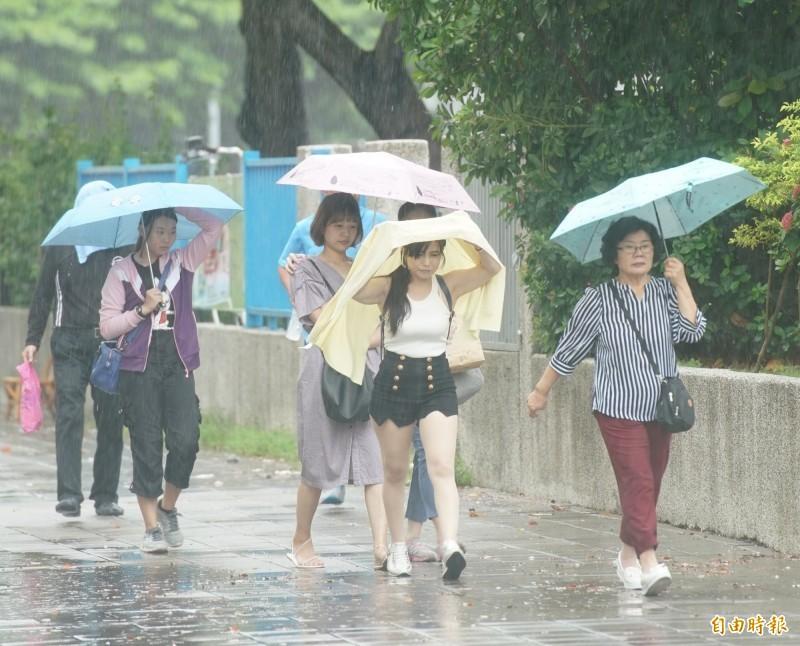 氣象局指出,週二到週四隨著南海低壓帶北抬,各地午後有局部大雨發生機率,且午後雷陣雨可能會一路下到晚上才停。(資料照)