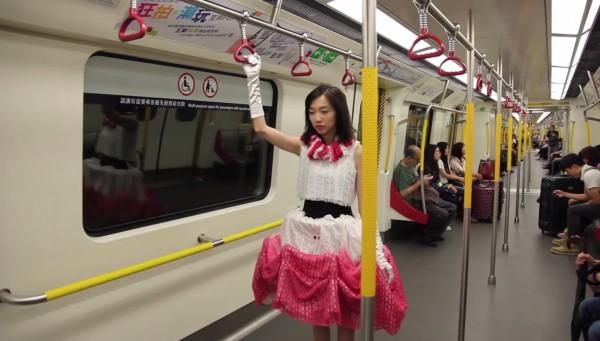 藝術家凱瑟琳主張女性即使在公共空間內,也有權利保有私人空間,發明了此款「防狼裙」。(截自影片)