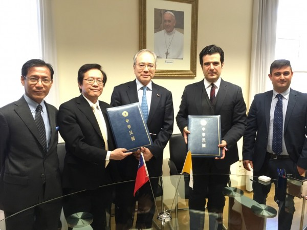 在駐教廷大使李世明(中)見證下,台梵雙邊負責單位15日在梵蒂岡城內簽署協議。(駐教廷大使館提供,中央社)