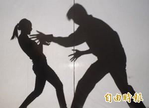 香港一名警察的兒子,24歲劉姓男子在去年凌晨強攔夜歸女子劫財失敗後,竟要求女子交出身上的內褲及胸罩,今(1)日認罪後遭法官判刑28個月。(情境照)