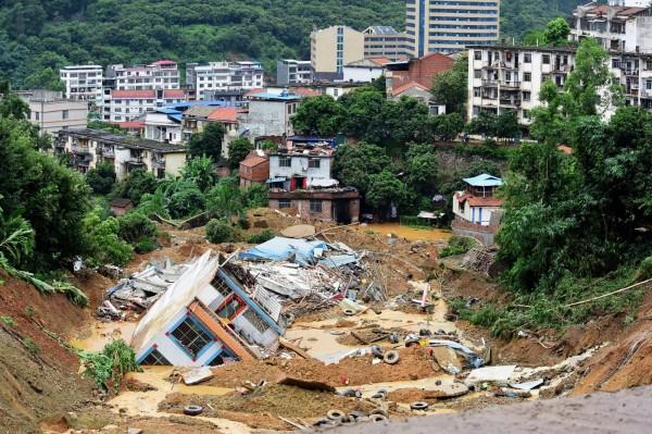 廣西連日暴雨導致山崩,一棟民宅被掩埋,民宅內一家6口不幸死亡。(法新社)