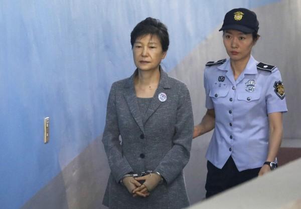南韓世越號沉沒事件,前總統朴槿惠被質疑救災不力之外,還有4名協助朴槿惠政府非法監視罹難者家屬的軍中高層遭到起訴。(法新社)