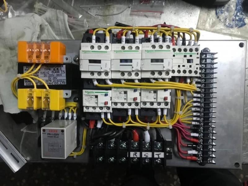 原PO抱怨,奧客搞不清楚花錢請人修機器,買的是專業,「不是來幫你接一條線」。(擷取自「爆怨公社」臉書)