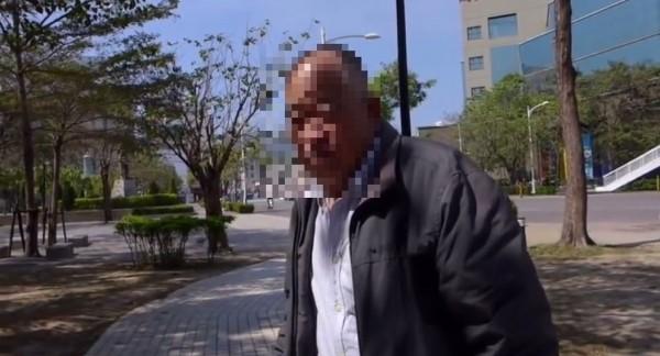網路上近期流傳一段影片,一名自稱公民記者的女子在「採訪」一名老榮民,過程中卻不斷以言語辱罵對方,還稱老伯是「不要臉的中國難民」。(圖片翻攝自YouTube)