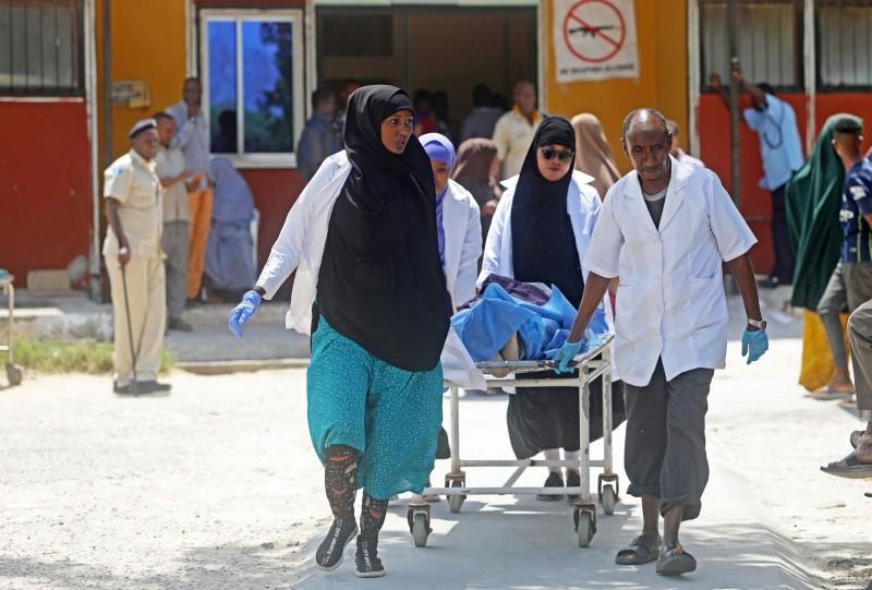 受到波及而受傷的索馬利亞市民被送往醫院接受治療。(路透)