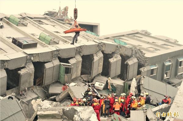 因大地震而倒塌的台南市永康區維冠金龍大樓,斷垣殘壁內的搜救工作持續進行中。(記者張忠義攝)