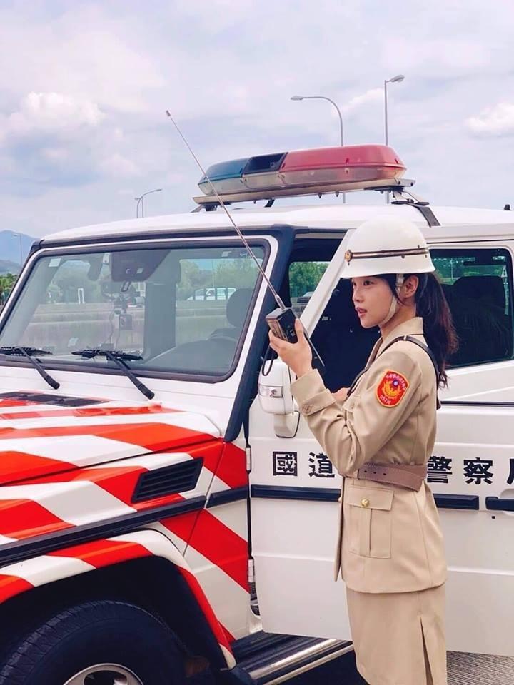 國道公路警察局昨深夜在臉書分享早期女警制服照,只見畫面中的女警外貌清秀,讓網友看到後紛紛大讚女警太美。(圖擷自國道公路警察局臉書)