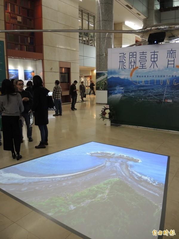 台灣圖書館以地面及天花板投影畫面呈現齊柏林的空拍作品。(記者翁聿煌攝)