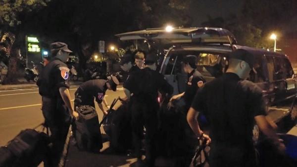警察已送來完整裝備,陸續從車上卸下。(記者吳政峰翻攝)