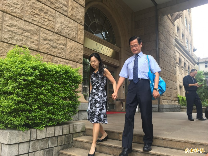 高等法院庭長楊絮雲與丈夫、高院刑事庭庭長周盈文開記者會,痛批最高法院分案霸凌。(記者張文川攝)