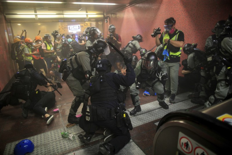 港鐵太古站11日發生香港警方近距離向示威者掃射胡椒彈,對此警方表示當時操作「胡掓球發射器」是在安全距離內,沒有人因此受傷。(美聯社)
