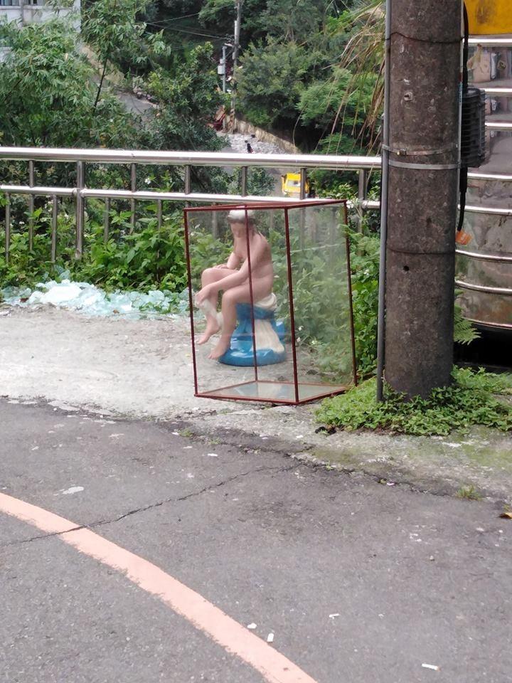 網友認為,在路邊擺設裸女公共藝術,遲早會害人出車禍。(圖擷取自基隆人社團)