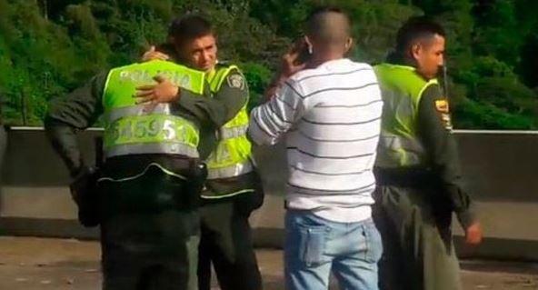 無力阻止悲劇的警方當場落淚。(圖擷自推特)