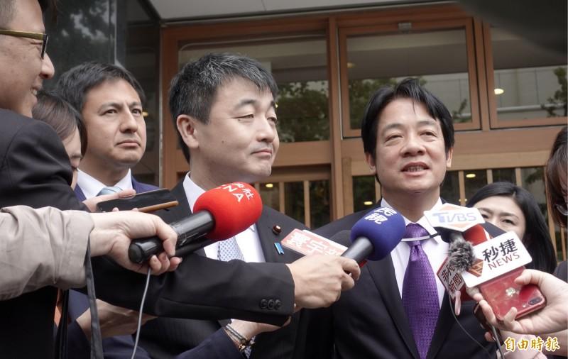 前行政院長賴清德今天與日本自民黨青年局長佐佐木紀(中)及國際局長武井俊輔(左)等人餐敘。(記者林翠儀攝)