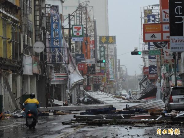 尼伯特颱風過境後,台東在狂風暴雨的襲擊下滿目瘡痍。(資料照,記者張存薇攝)