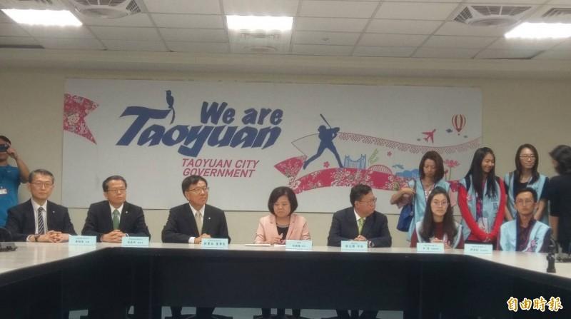 長榮航空、桃園市空服員職業工會今天晚上6點勞資雙方召開記者會,並簽訂團體協約。(記者方賓照攝)