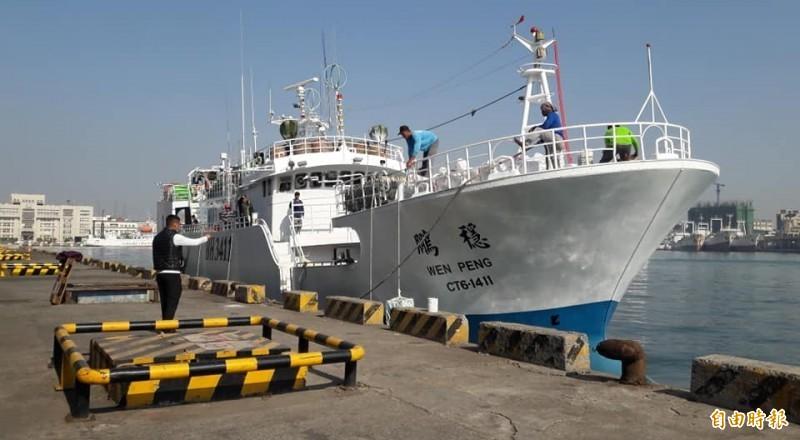 屏東東港籍的漁船「穩鵬號」今天凌晨驚傳菲籍漁工發生械鬥,附近作業的「鴻福88」漁船趕抵現場,已救起4名落海船員,船長、輪機長與觀察員3名台灣人仍被拘禁在機艙內。(記者陳彥廷翻攝)