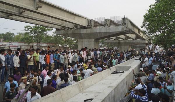 北方邦印度教聖城瓦拉納西(Varanasi)廣場附近有一座興建中的高架橋於15日午後驚傳部分橋面突然倒塌,當時正值交通尖峰時段。(美聯社)