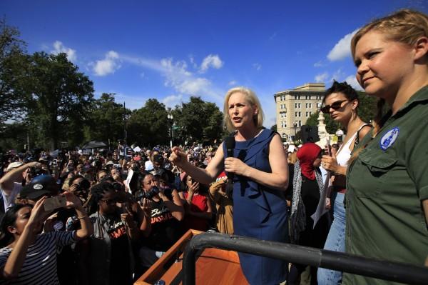 上千民眾上街抗議大法官卡瓦諾的任命案,演員艾咪舒默(圖右)與辣模艾蜜莉・瑞特考斯基(圖右二)也現身力挺。(美聯社)