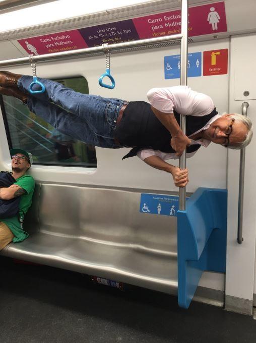 現年68歲的美國爺爺造訪里約時,於地鐵上被讓座,不料這位阿公竟在地鐵上表演特技,「禮貌」婉拒對方,引發網友熱議。(圖擷取自推特)