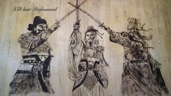 劉備、關羽、張飛的「桃園三結義」,三人拔劍相交的畫面,不只五官生動,就連服裝細節也不馬虎,整體場面相當氣派。(圖獲作者授權)