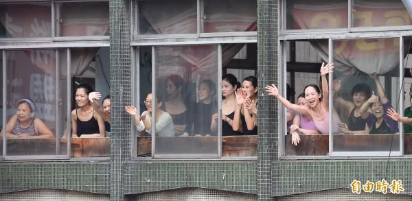 除了平面道路,兩旁高樓也有許多民眾從窗戶探頭出來恭喜台灣隊的選手。(記者劉信德攝)