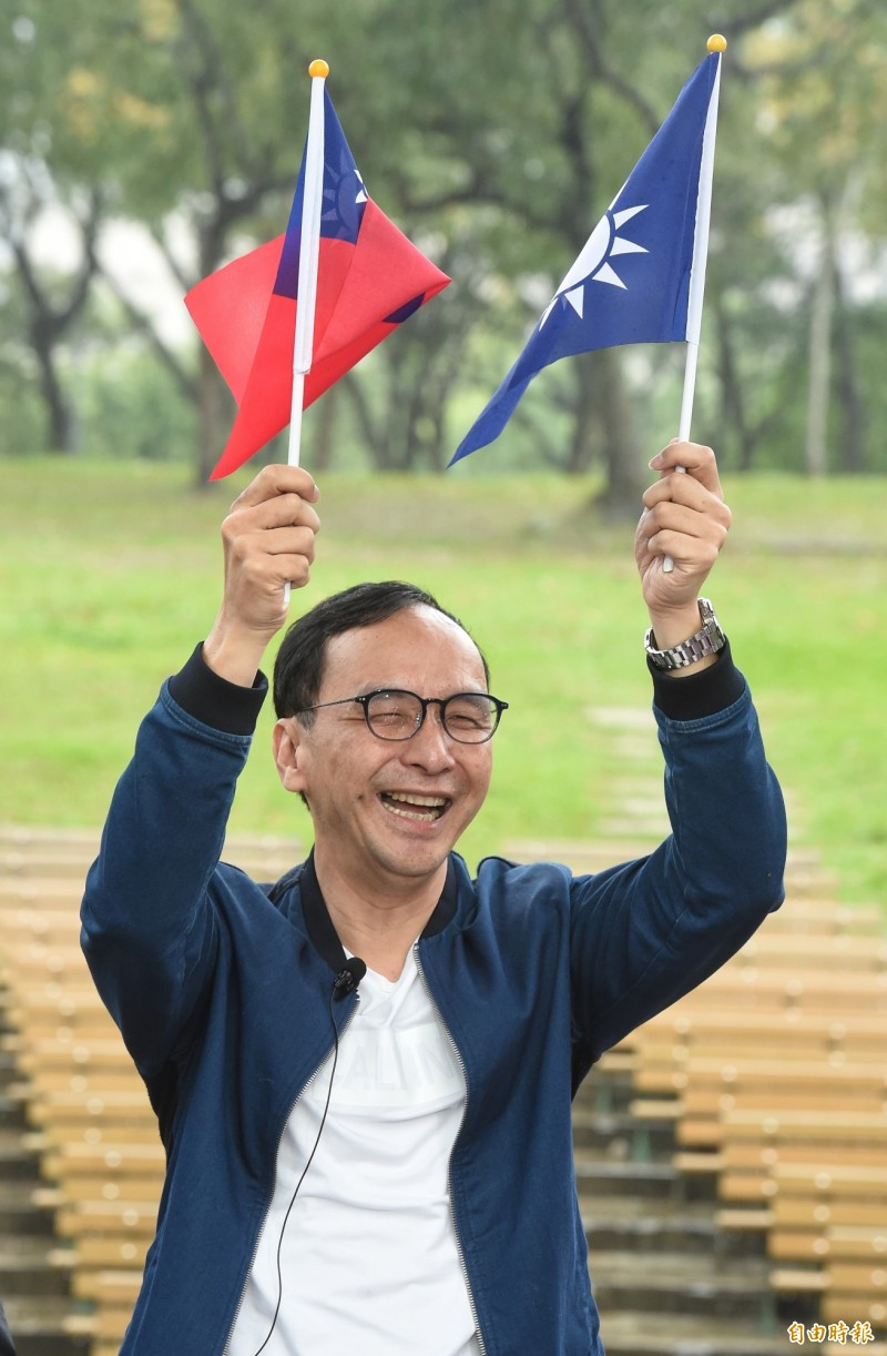 前新北市長朱立倫25日在大安森林公園參加「彭博士觀風向」網路直播節目。(記者劉信德攝)