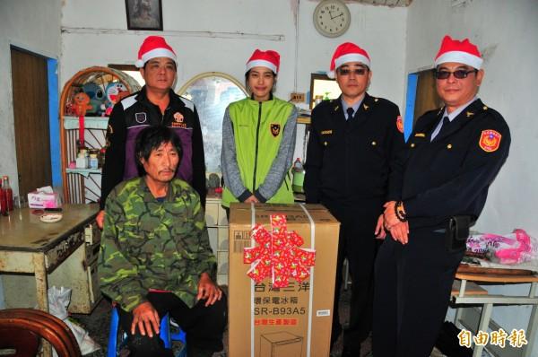 徐韻婷為弟弟當志工,跟著鳳林警分局、警友會送耶誕物資。(記者花孟璟攝)
