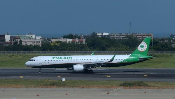 受強颱瑪莉亞影響,長榮航空7月10日傍晚5點後至11日中午前,桃園機場與松山機場出發航班全數都有異動。圖為長榮航空A321-200機型。(長榮提供)