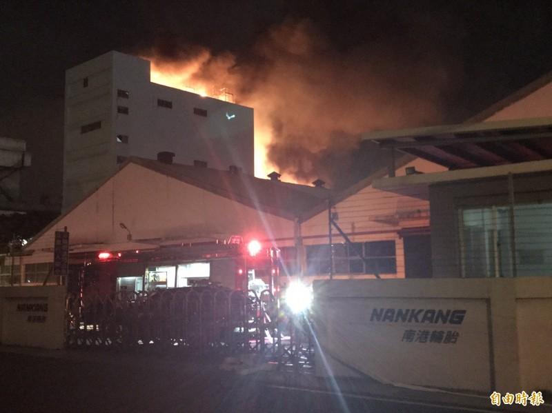 竹縣南港輪胎工廠深夜大火,消防人員到場灌救。(記者黃美珠攝)