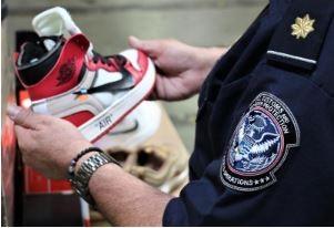 美國CBP查獲1萬4806雙仿冒Nike球鞋。(圖片擷取於自美國海關與邊境保護局網站)