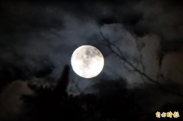 吳德榮指出,中秋當晚北部平地降雨機率低,南部則越晚越晴朗,適合賞月。(資料照,記者叢昌瑾攝)