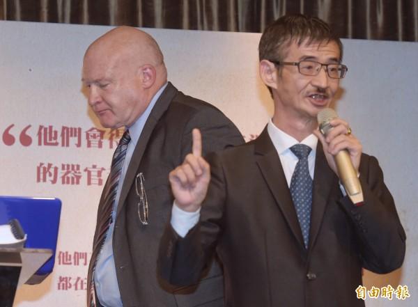邀請伊森.葛特曼(左)來台的吳祥輝(右)表示,有些粉絲要求「我幹幹賴清德和蔡英文」。(資料照,記者黃耀徵攝)
