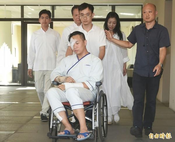 富少游瀚甯坐輪椅,在父母親的陪同下出席工人張松祥告別式。(記者廖振輝攝)