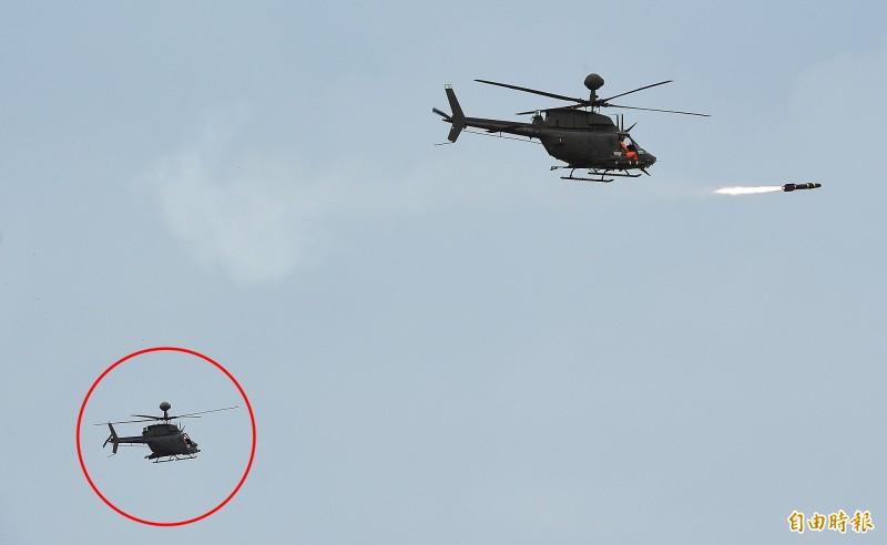 航特部一架OH-58D戰搜直升機16日執行漢光演習操演後,約下午3時30分在新竹空軍基地發生重落地意外。圖為OH–58D在演習中發射地獄火反戰車飛彈,圖左(紅圈)正是發生重落地意外編號616的0H-58D戰搜直升機。(記者廖振輝攝)