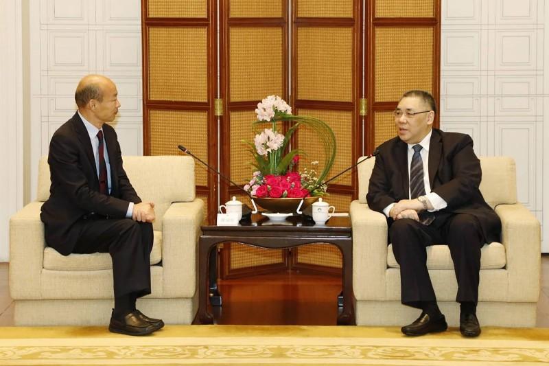 高雄市長韓國瑜(左)23日上午和澳門特別行政區行政長官崔世安會晤。(中央社)