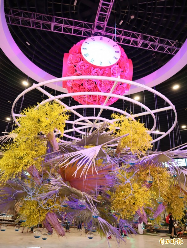 花博后里園區花舞館內的「花之信約鐘」採用6千支文心蘭打造而成,絢麗奪目。(資料照)