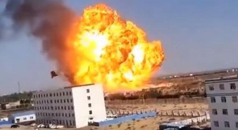 中國陝西工業園區發生大爆炸,事發超過24小時官方仍未公布傷亡數字。(圖擷取自微博)