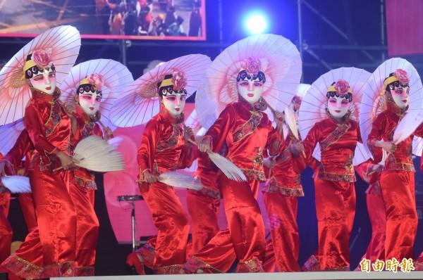 國慶晚會首度移師台中,民俗技藝團率先進行演出。(記者廖耀東攝)