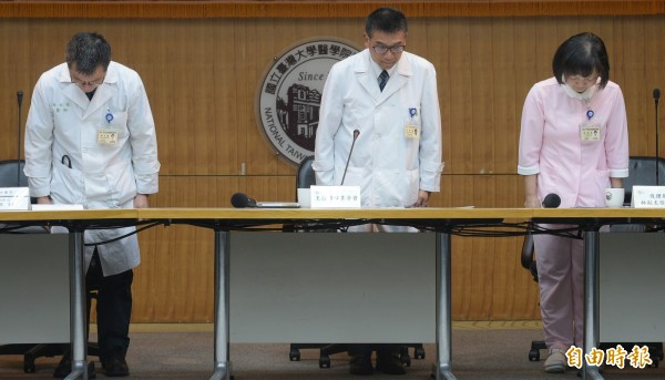 台大醫院發生洗腎「接錯管路」疏失,日前台大醫院發言人王亭貴(中)、血液透析室主任林水龍(左)與護理部副主任林綉珠(右)等出面說明並對社會大眾致歉。(資料照)