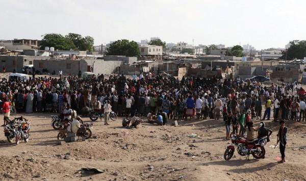 葉門公開槍斃百人拿手機記錄,其中不乏有小孩圍觀。(路透)