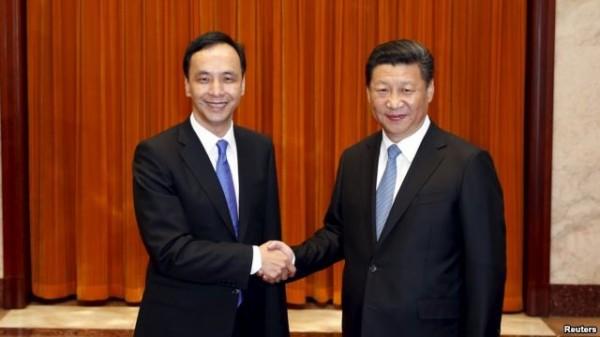 中國國民黨主席朱立倫(左)和中國共產黨總書記習近平(右)參加國共論壇。(美聯社)