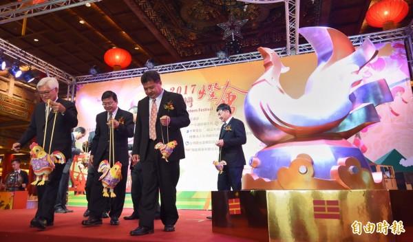 雲林縣長李進勇(左一)手提小提燈「幸福奇雞」參加主燈「鳳凰來儀」發表會。(記者劉信德攝)