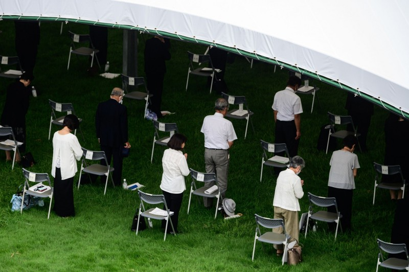 受到武漢肺炎影響,儀式參與者坐位保持適當距離。(法新社)