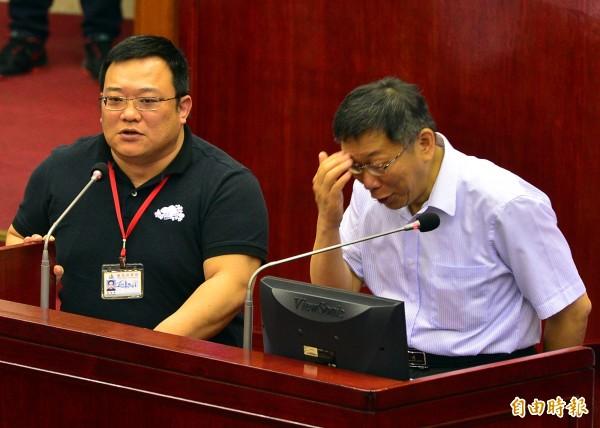 台北市長柯文哲今在市議會答詢時又失言,稱「殘障人士找工作不是很容易(因洪智坤有肢體障礙狀況)」,引發議員批評,事後柯表示他說錯了,要道歉。(記者王藝菘攝)