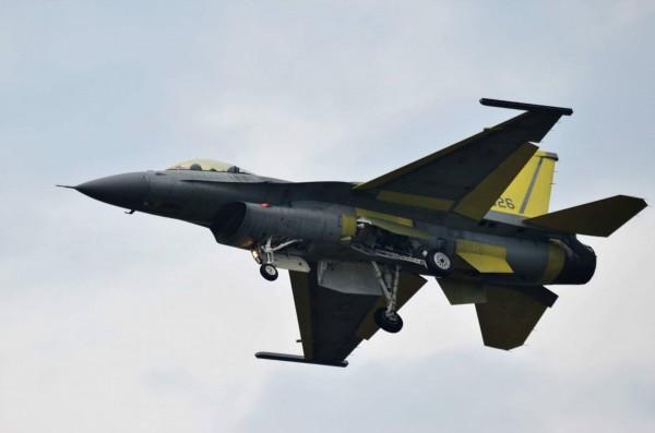 《彭博》引述消息人士報導,川普政府已經默許台灣的軍購要求。圖為完成性能提升、首次試飛編號6626的F-16V單座戰機。 (陳姓航迷提供)