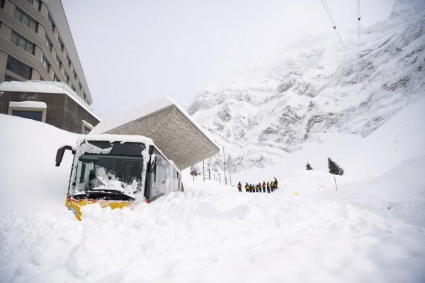 瑞士雪崩,一家旅館被雪掩埋。(歐新社)